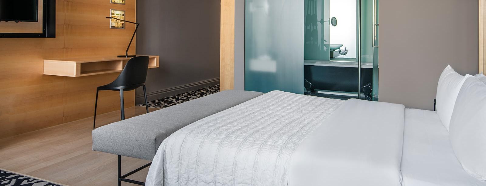 Deluxe Room - Le Méridien Hotel Vienna - Guests are invited to relax in bed, in the bath tub or by watching tv